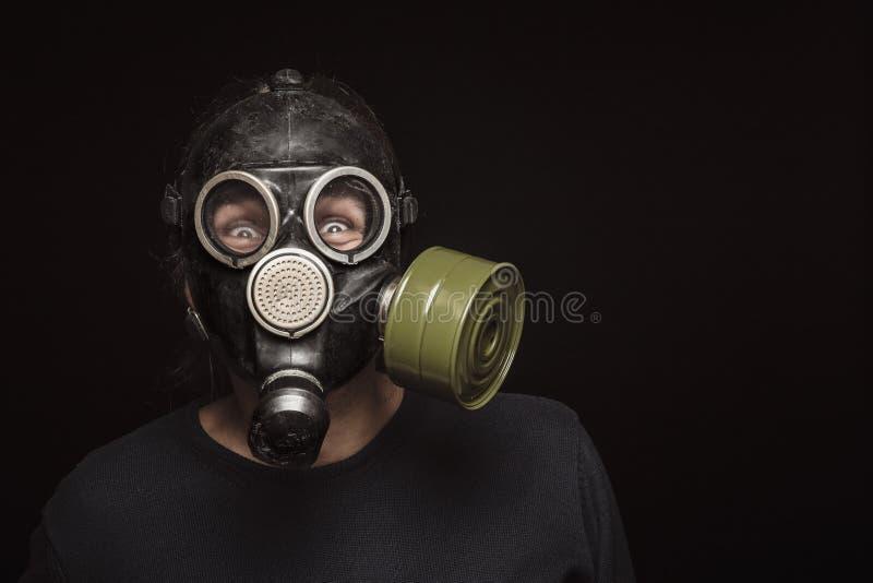 Stående av mannen i gasmasken med rasande ögon, kopieringsutrymme fotografering för bildbyråer