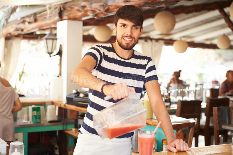 Stående av mannen i Smoothies för restaurangdanandefrukt royaltyfria foton