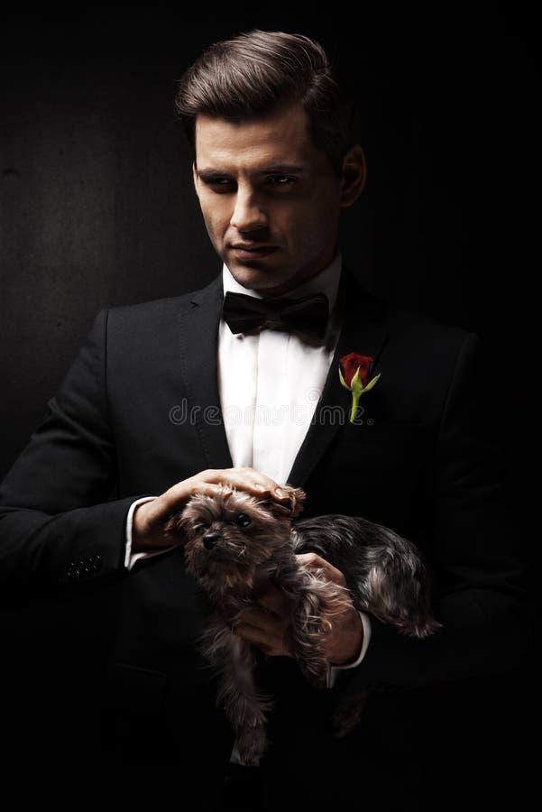 Stående av mannen med hunden arkivfoton