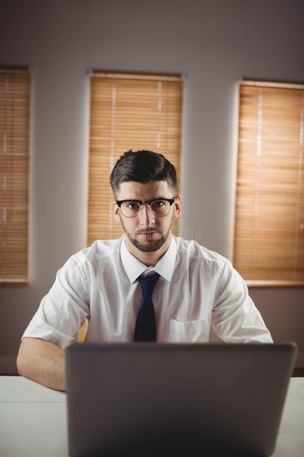 Stående av mannen som i regeringsställning sitter arkivfoto
