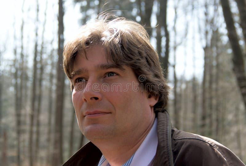 Stående av mannen utomhus i skog arkivbilder