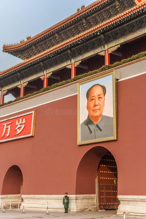 Stående av Mao Zedong på ingången av Forbiddenet City in arkivfoton