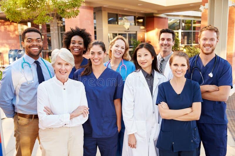 Stående av medicinska Team Standing Outside Hospital royaltyfri bild