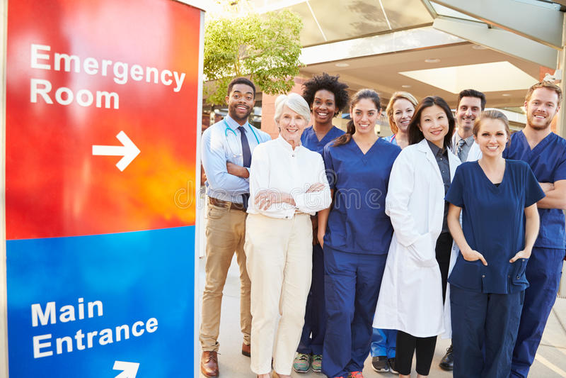 Stående av medicinska Team Standing Outside Hospital royaltyfria foton