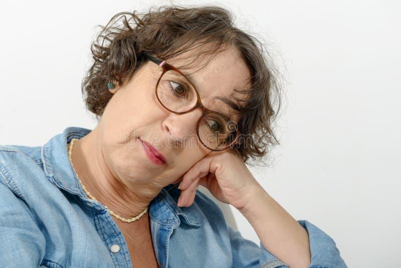 Stående av mellersta en eftertänksam ålderkvinna arkivbilder