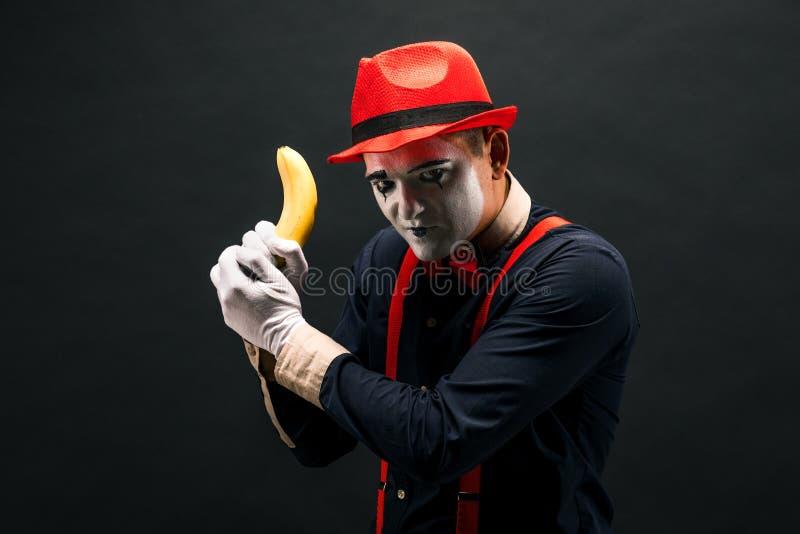 Stående av MIMAREN i form av en brottsling, en bandit Lopp av förbudet royaltyfria bilder