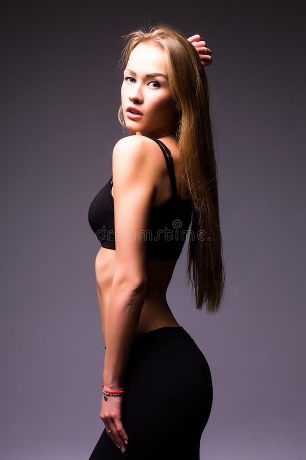 Stående av mjukhet, nåd, melodi och plast- av den gymnastiska flickan royaltyfria foton
