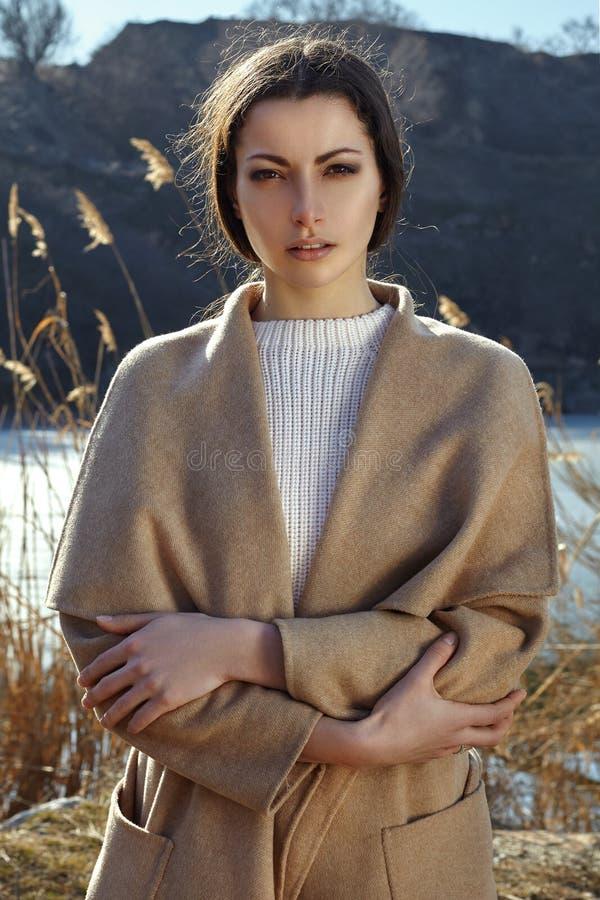 Stående av modekvinnan i det utomhus- beigea laget royaltyfri fotografi