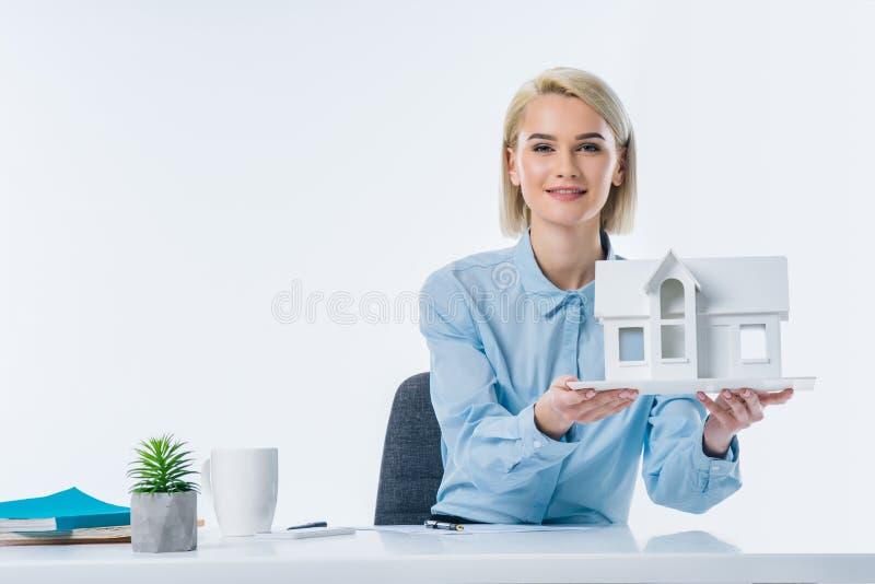 stående av modellen för fastighetsmäklarevisninghus royaltyfri bild