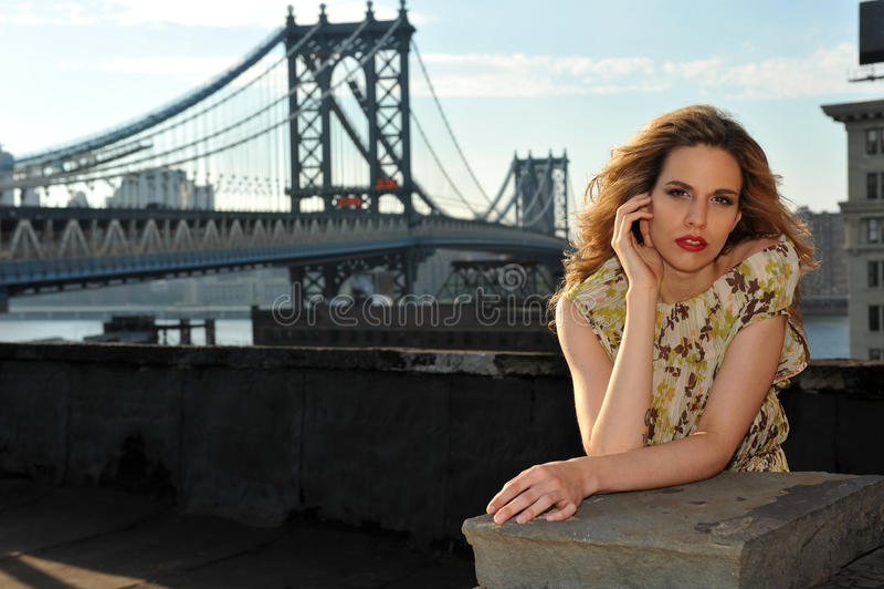 Stående av modemodellen som poserar den sexiga bärande långa aftonklänningen på takläge arkivfoton