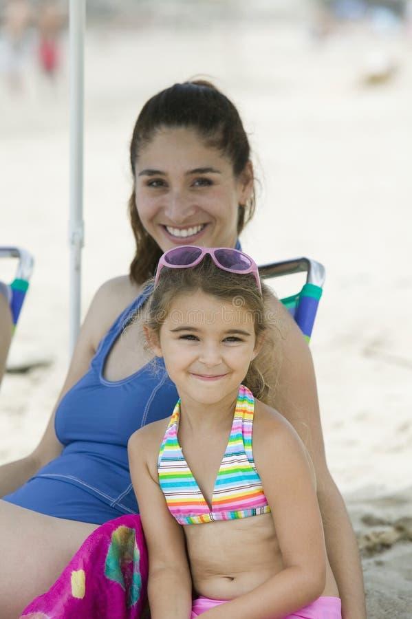 Stående av modern och dottern på stranden arkivfoto