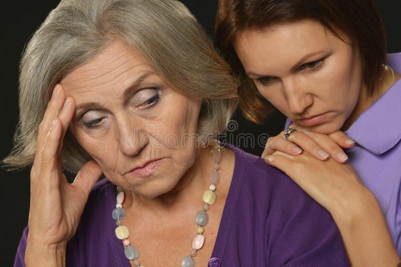 Stående av modern och dottern som har problem eller att gräla royaltyfria foton