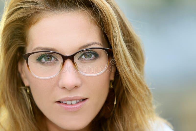 Stående av moget bärande glasögon för trendig kvinna arkivfoto