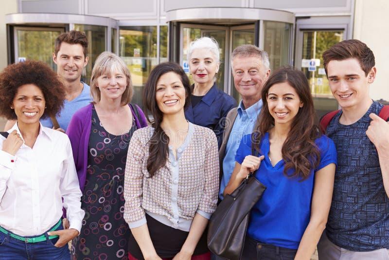 Stående av mogna studenter på vidareutbildningkurs royaltyfria foton