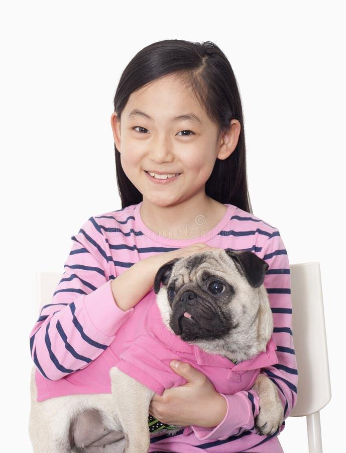 Stående av mops för flickainnehavhusdjur royaltyfri bild
