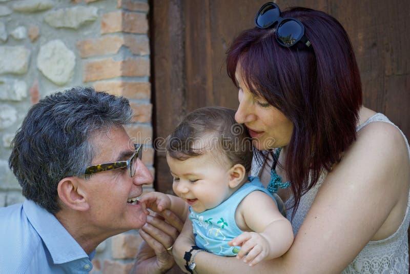 Stående av morföräldrar som spelar med sonsonen royaltyfri bild