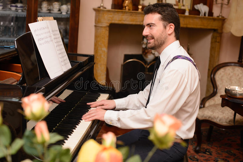 Stående av musikaktören som spelar pianot fotografering för bildbyråer