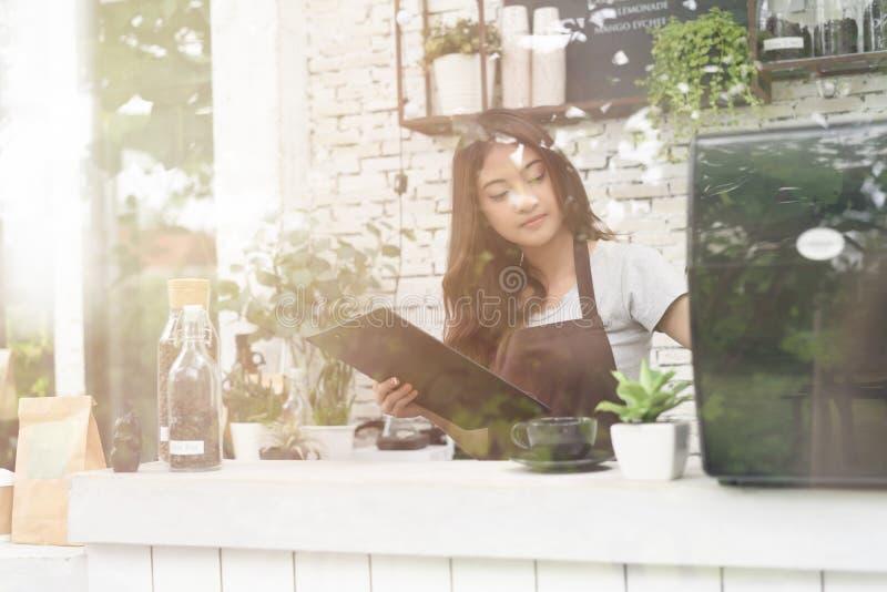 Stående av nätt ungt i förklädet som förbereder kaffe på coffee shop Kaffeaff?rsid? Startup sm? och medelstora f?retagbegrepp arkivfoto