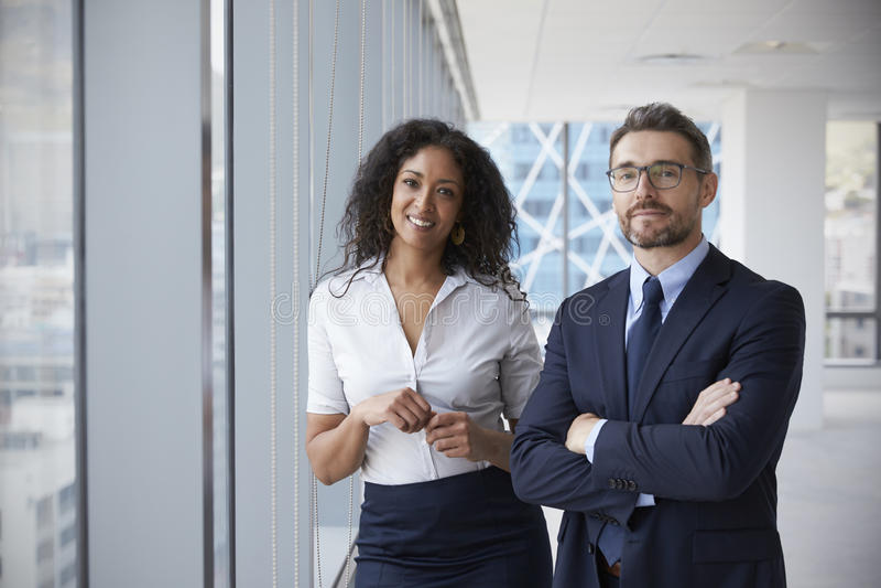 Stående av nya företagsägare i tomt kontor fotografering för bildbyråer