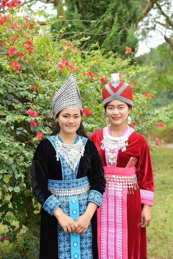 Stående av oidentifierade H'mong flickor som bär den traditionella klänningen arkivfoto