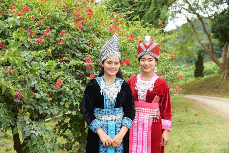 Stående av oidentifierade H'mong flickor som bär den traditionella klänningen fotografering för bildbyråer