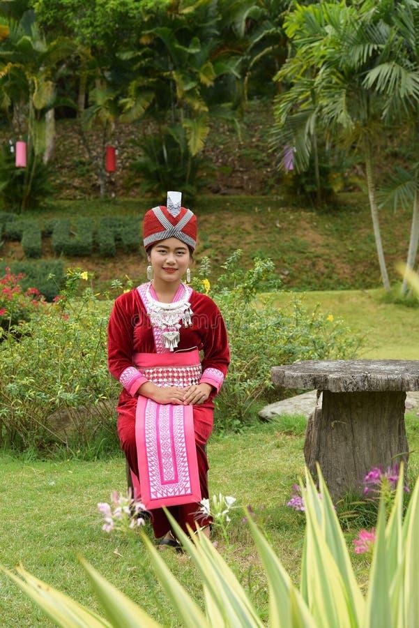 Stående av oidentifierade H'mong flickor som bär den traditionella klänningen royaltyfria foton