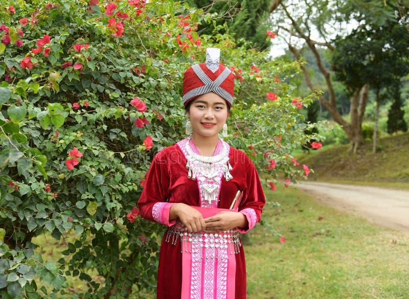 Stående av oidentifierade H'mong flickor som bär den traditionella klänningen royaltyfri foto
