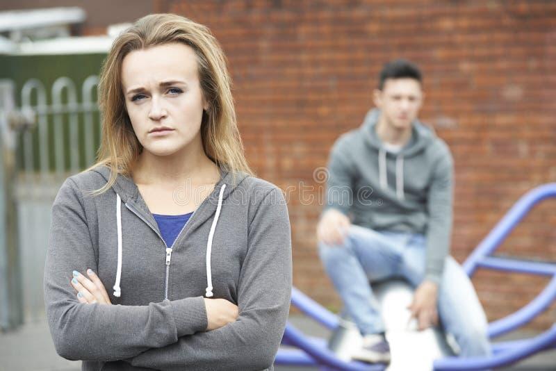 Stående av olyckliga tonårs- par i stads- inställning royaltyfri bild