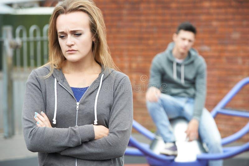 Stående av olyckliga tonårs- par i stads- inställning fotografering för bildbyråer