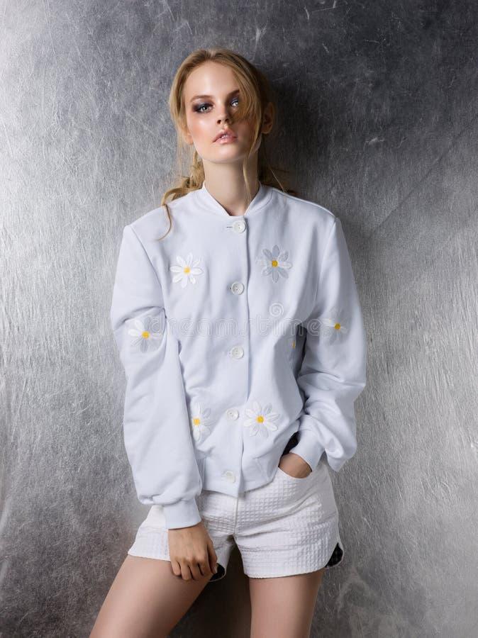 Stående av omslaget och kortslutningar för design för modekvinna det bärande vita arkivbild
