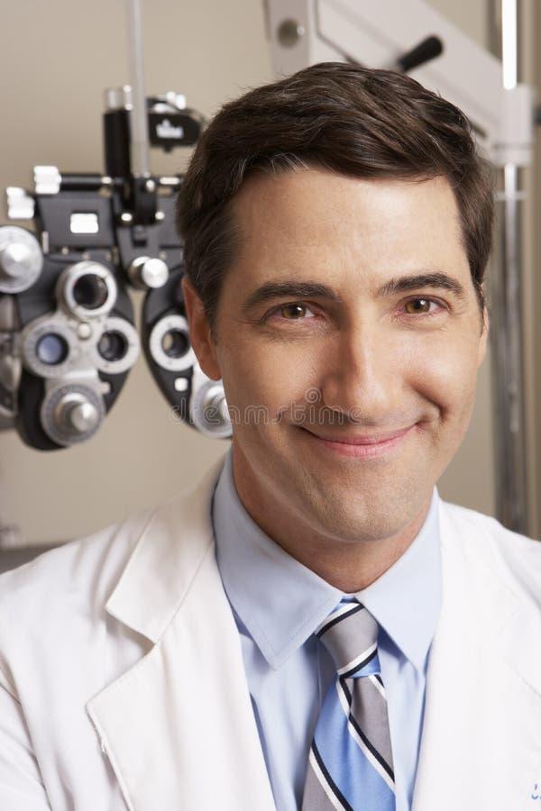Stående av optiker In Surgery royaltyfria bilder