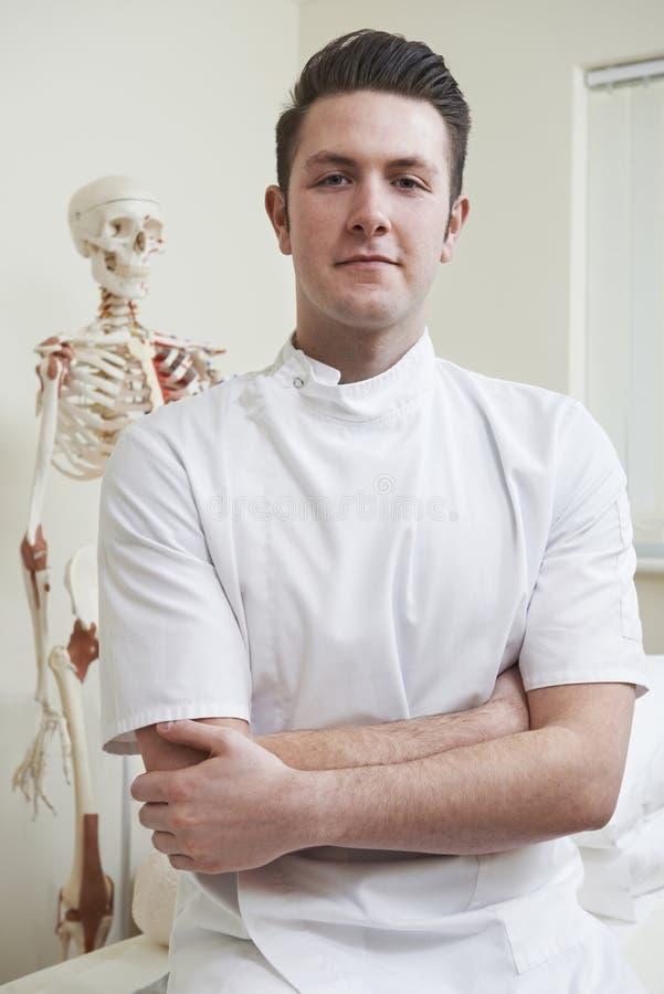Stående av osteopaten i konsulterande rum royaltyfri foto