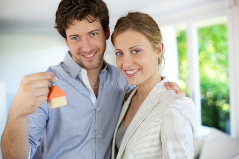 Stående av par av egendomsägare för nytt hus arkivbild