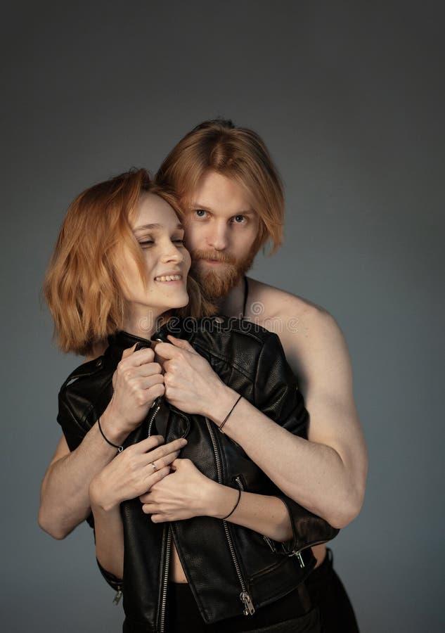Stående av par, nästan som kramar royaltyfri bild