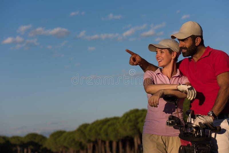 Stående av par på golfbana royaltyfria foton
