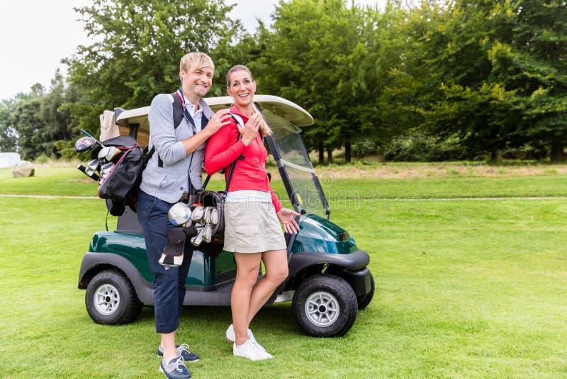 Stående av par på golfbanan royaltyfria bilder