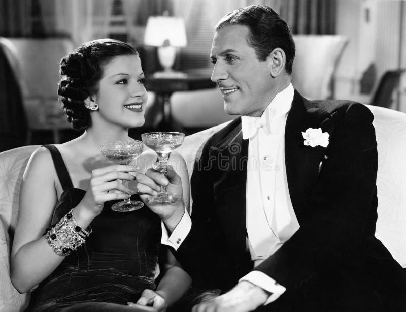 Stående av par som har drinkar (alla visade personer inte är längre uppehälle, och inget gods finns Leverantörgarantier som där royaltyfria foton