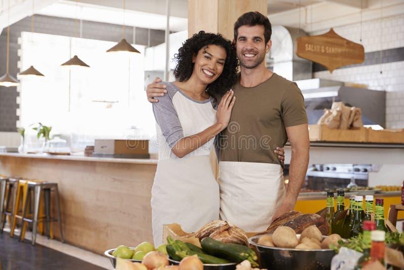 Stående av par som tillsammans kör lagret för organisk mat royaltyfri bild