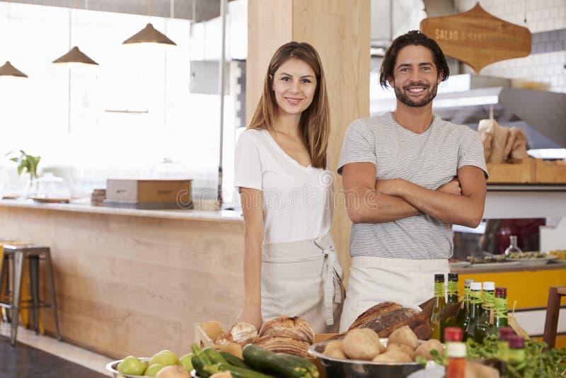 Stående av par som tillsammans kör lagret för organisk mat arkivfoton
