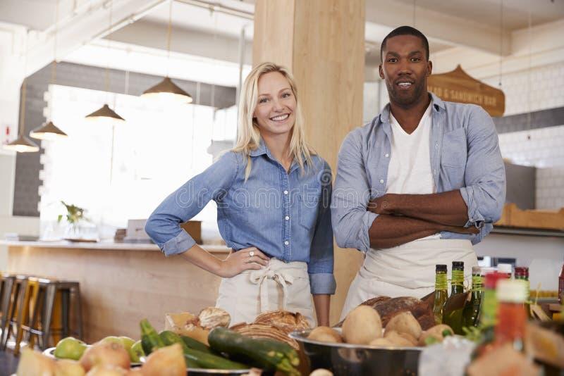 Stående av par som tillsammans kör lagret för organisk mat arkivbilder