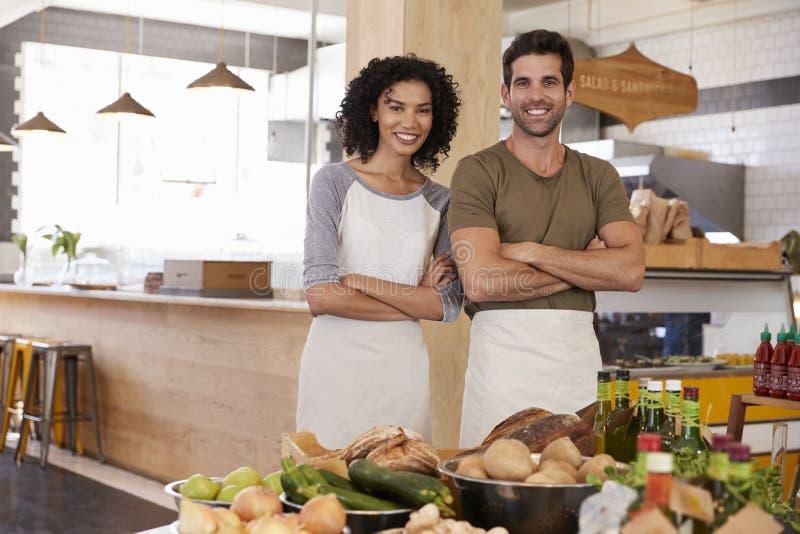 Stående av par som tillsammans kör lagret för organisk mat royaltyfria bilder