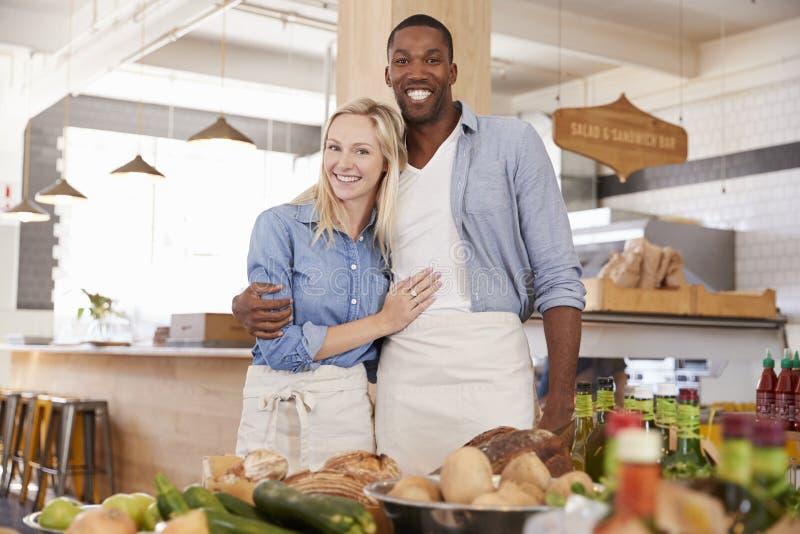 Stående av par som tillsammans kör lagret för organisk mat arkivbild