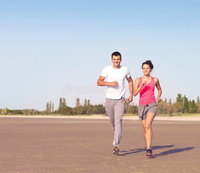 Stående av par som utanför joggar arkivfoto