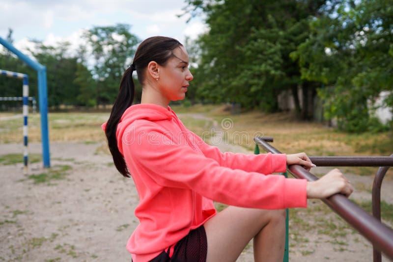 Stående av passformen och den sportiga unga kvinnan som gör övningar, kopieringsutrymme Sund livsstil royaltyfri fotografi