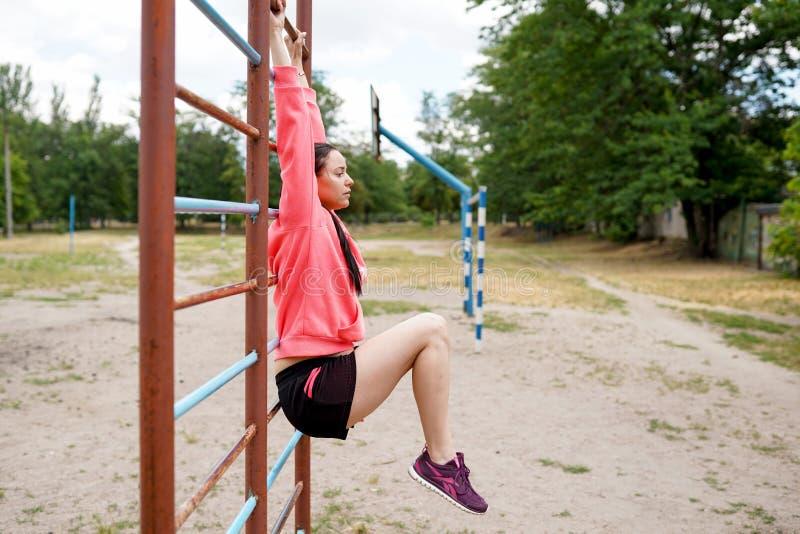 Stående av passformen och den sportiga unga kvinnan som gör övningar, kopieringsutrymme Sund livsstil fotografering för bildbyråer