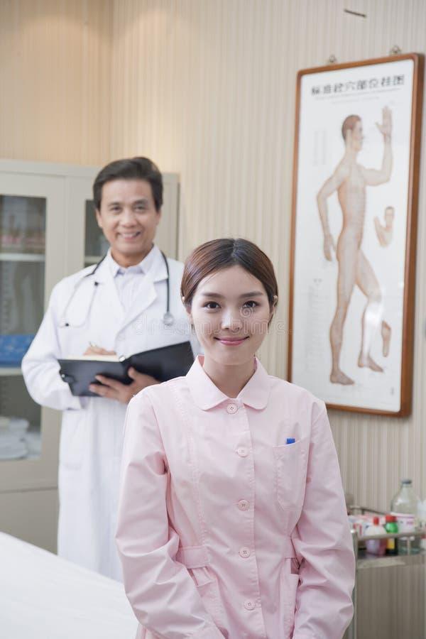Stående av patienten och doktorn arkivfoto