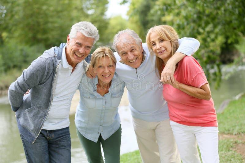 Stående av pensionärer på en tur arkivbild