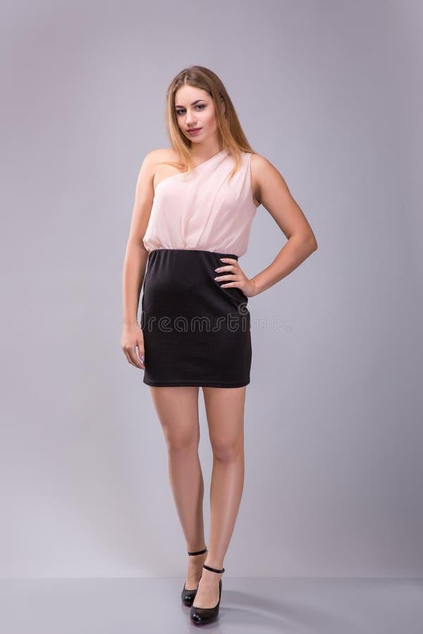 Stående av a plus den kvinnliga modellen för format som poserar över grå bakgrund fotografering för bildbyråer