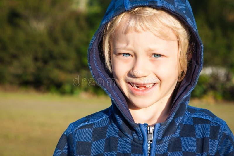 Stående av pojken med saknade tänder arkivbilder