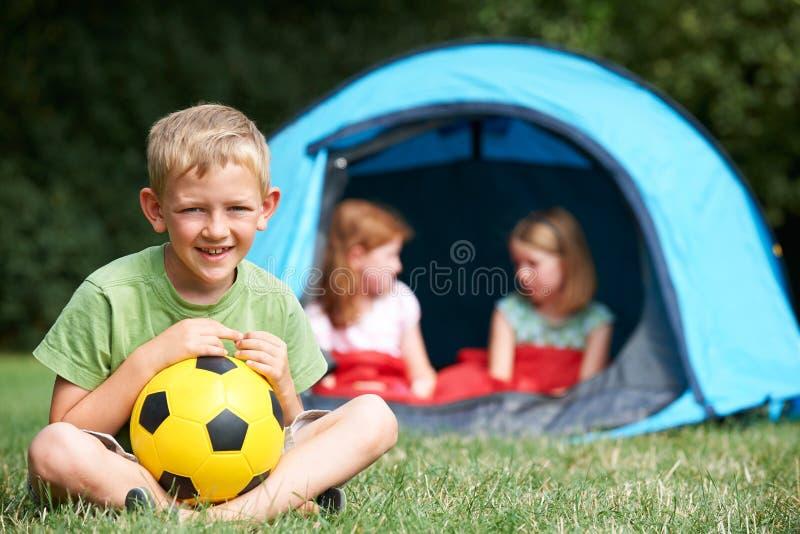 Stående av pojken med vänner på campa tur royaltyfria foton